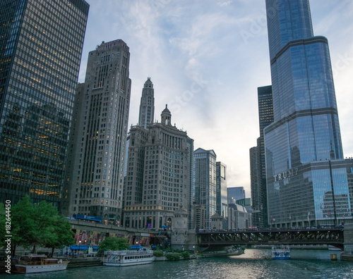 Tuinposter Chicago Chicago downtown skyline at sunset from the river