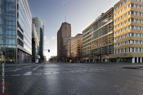 In de dag Berlijn Potsdamer Platz Kreuzung in Berlin, Richtung Norden im tritsen Herbst menschenleer