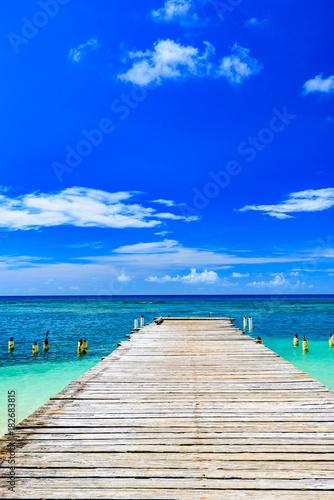 drewniany most wystaje do morza Dominikana