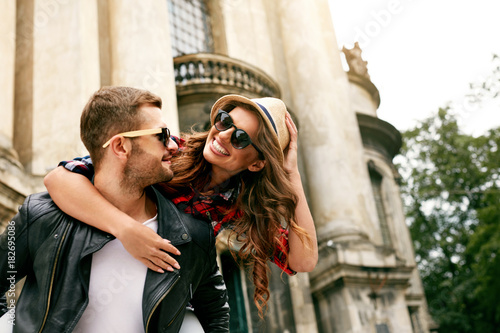 Foto op Canvas Hoogte schaal Tourist Couple. Beautiful Woman And Man Having Fun