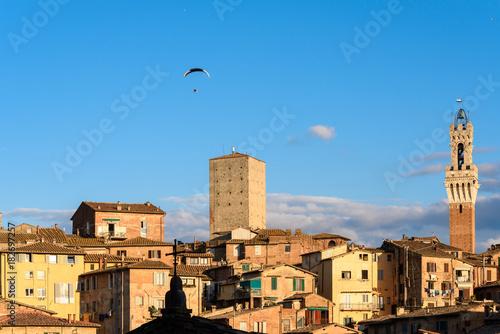 Foto op Canvas Toscane Stadtansicht von siena mit einem Motordrachen