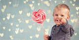 Kleiner Junge mit Herzlolli - 182698073