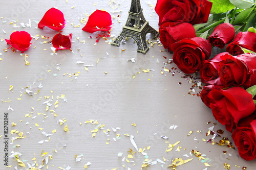 Deurstickers Eiffeltoren Valentines day romantic background with beautiful bouquet of roses on wooden table.