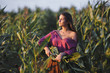 девушкасобирает урожай кукурузы рядом с замком