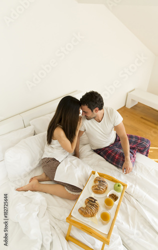 Poster Sap Romantic happy couple having breakfast in bed