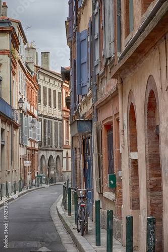 Plexiglas Smalle straatjes Beautiful narrow street in the city center of Toulouse, France