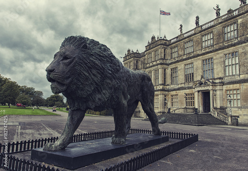 Fotobehang Lion A lion monument in front of old royal palace in England