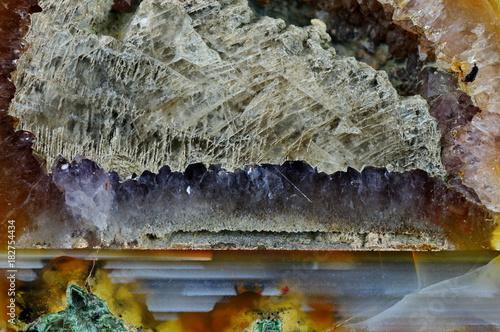 Przekrój kamienia agatu. Agat poziomy wypełniony kwarcem i kalcytem. Pochodzenie: Rudno koło Krakowa.