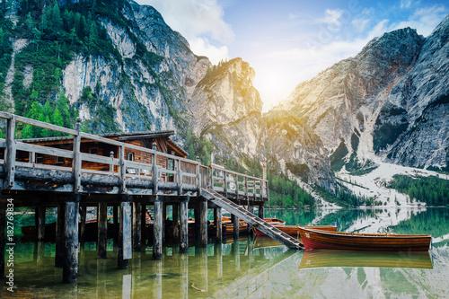 In de dag Bergen Hütte mit Ruderboot am Pragser Wildsee