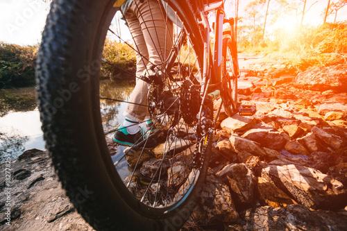 Roweru górskiego cyklisty jeździecki pojedynczy ślad przy wschodu słońca zdrowego stylu życia aktywną atletą robi sportowi