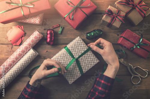 Papiers peints Kiev gift wrapping. woman tie a ribbon bow