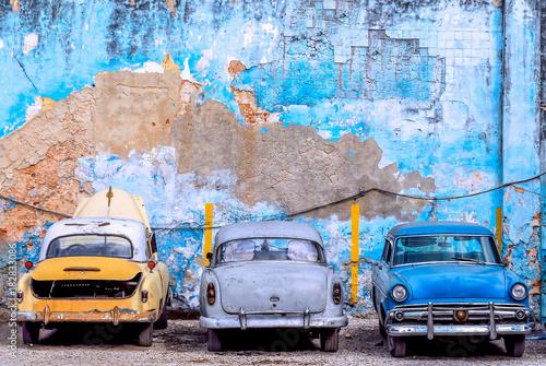 trzy-stare-samochody-w-hawanie