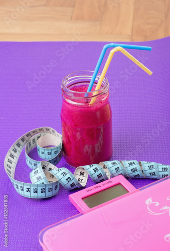Fotobehang School de yoga Smoothie, scale and measuring tape on yoga mat