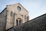 Aquileia, Basilica di Santa Maria Assunta, dettaglio della facciata con bifora e rosone - 182856078