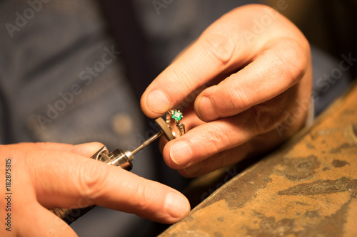 Jeweler polishes the ring © daniilantiq2010