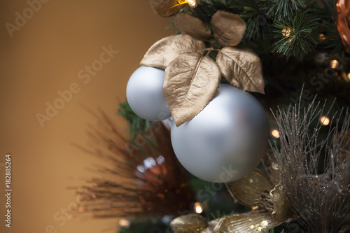 In de dag Bol christmas balls with a brown background