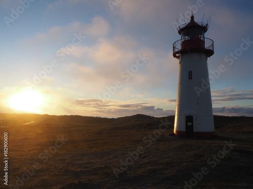 Fotobehang Noordzee Leuchtturm am Ellenbogen von Sylt in der Abenddämmerung