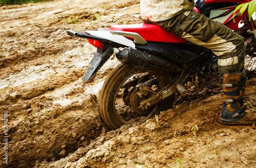 Papiers peints Nautique motorise The man on a motorcycle rides through the mud