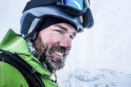 canvas print picture Portrait Skifahrer mit vereistem Bart