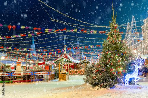 Boże Narodzenie w Moskwie. Noworoczne targi na czerwonym placu. Napis na znaku w języku rosyjskim: gorące napoje