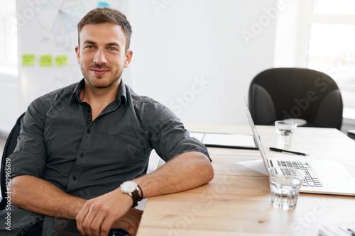 Papiers peints Echelle de hauteur Business Man Portrait. Smiling Man In Office