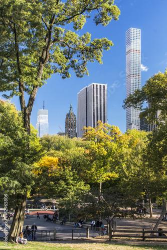 """""""Central Park"""" im Herbst mit Hochhäusern von New York in den USA."""