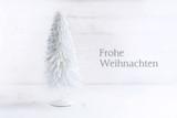 Weißer Weihnachtsbaum aus Draht mit künstlichem Schnee auf weiß bemaltem Holz, Grußkarte mit Text Frohe Weihnachten - 182966026