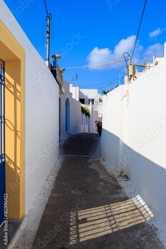 Tuinposter Smal steegje Alleyway in a Greek village