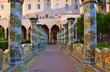 Quadro Napoli, Chiostro Maiolicato di Santa Chiara. Trasformazione definitiva di D. A. Vaccaro, tra il 1742 e il 1769. Zoom 1. Arco, sedili e colonnati maiolicati.