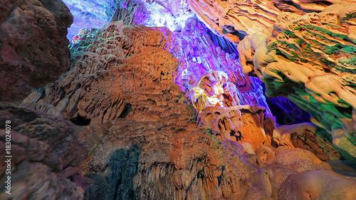 Fotobehang Diepbruine Cueva de la Flauta de Caña en Guilin, China