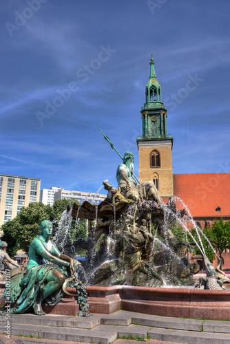 In de dag Berlijn Neptunbrunnen und Marienkirche in Berlin Mitte