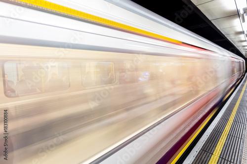 Ruch zamazany rusza się pociąg na Londyńskiej Podziemnej staci metru