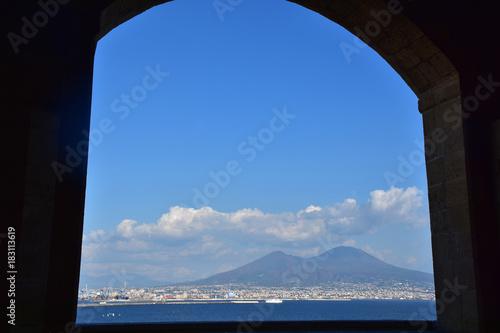 Plexiglas Napels Napoli, Castel dell'Ovo (anno 1100 circa) è il castello più antico della città di Napoli, sorge sull'isolotto di tufo di Megaride. Vesuvio osservato dalla terrazza ad archi.