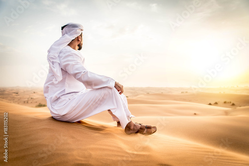 Staande foto Dubai Arabic man in the desert