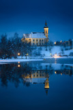 Kirche Waldhausen im Mühlviertel spiegelt im winterlichen See