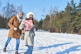 Lachendes Paar trägt ein Weihnachtgeschenk - 183180206