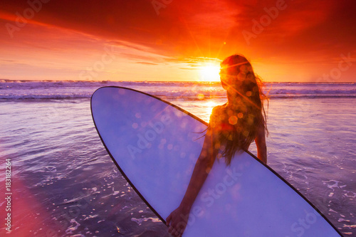 In de dag Bali Woman with surfboard