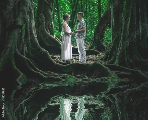 In de dag Bali Honeymoon couple at Balinese Botanical Garden. Ubud, Bali