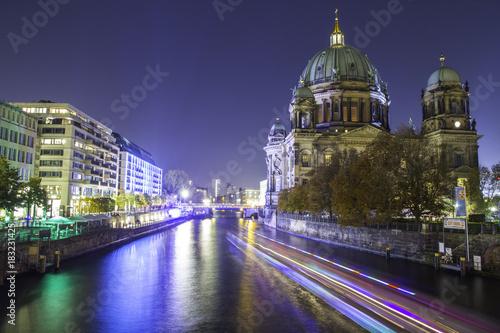 In de dag Berlijn Berlin Cathedral (Berliner Dom) upon Spree river at sunset