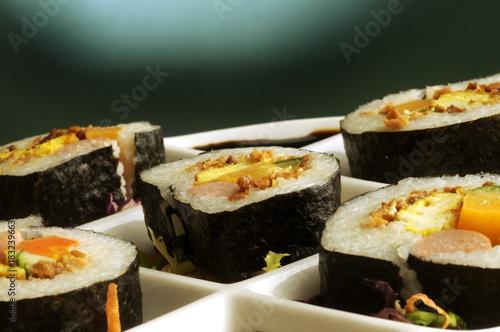 Tuinposter Sushi bar California roll Ichiro Mashita ролл カリフォルニアロール 加州卷 קליפורניה רול 캘리포니아 롤 Калифорния Kalifornianrulla کالیفرنیا رول