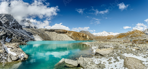 In de dag Bergen Himalayan mountain lake on the trek on Everest base camp. One of the high mountain lakes Gokyo