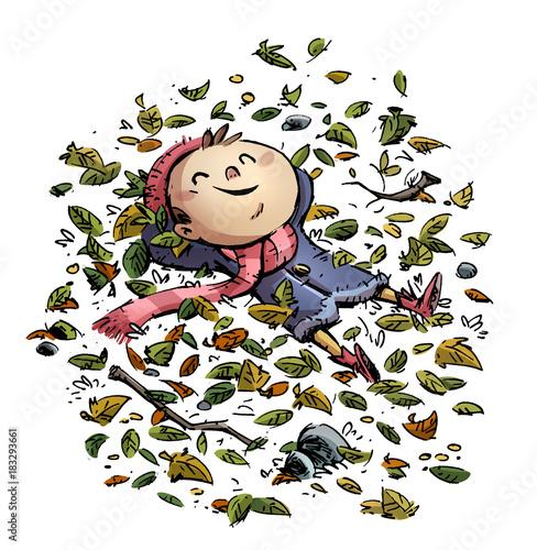 niño feliz tumbado entre las hojas