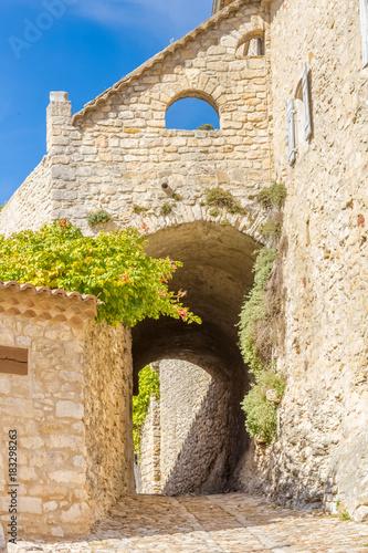 rue pavée et passage sous voûte à la Roque-sur-Cèze, Gard
