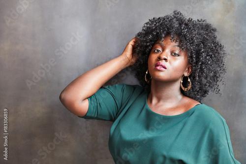 Aluminium Kapsalon Afrikanische Frau mit Afro als Beauty Model