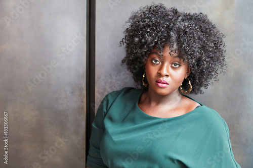 Aluminium Kapsalon Afrikanisches Fashion Plus Size Model mit Makeup