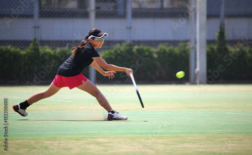 テニスをするジュニアプレイヤー