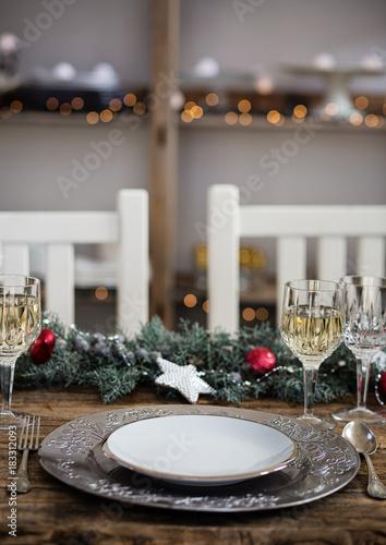 Tavolo apparecchiato per feste natalizie. Festività e cibo - 183312093