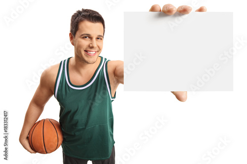 Plexiglas Basketbal Basketball player showing a blank card and smiling