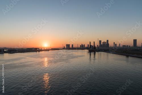 In de dag Abu Dhabi Abu Dhabi skyline at sunset
