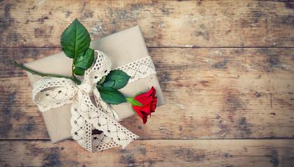 rote Rose und Geschenk